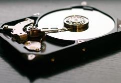 영국 케임브리지 대학 등을 비롯한 여러 연구기관으로 구성된 연구팀은 HDD 플래터 표면에 그래핀을 입혀 기록용량을 10배까지 늘리는데 성공했다고 밝혔다. 현행 HDD에 내장된 플래터의 표면에는 기계적인 손상 ...