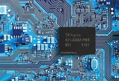 - 주요 SSD 컨트롤러 업체에 1Tb QLC 샘플 출하 및 성능 확인 - 4플레인 구조의 4D 낸드로 3D 대비 90%이하 면적에 2배 성능 구현 - 고용량 QLC 낸드 기반 기업용 SSD 등 사업 경쟁력 강화  SK하이닉스가 1테...