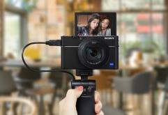 국내 하이엔드 카메라 시장 6년 연속 1위1를 기록하고 있는 소니코리아가 콤팩트한 사이즈와 활용성을 갖춘 RX0와 RX100 시리즈 전용 브이로그 그립 VCT-SGR1을 국내에 출시하고, 세계 최소형 카메라 RX0의 브...