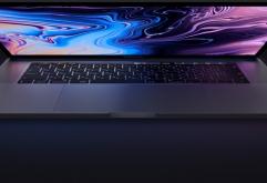애플은 터치바(TouchBar)를 탑재한 맥북 프로(MacBook Pro) 노트북 시리즈를 인텔의 8세대 Core 프로세서로 갱신하여 발매했다.    15인치 모델은 4코어에서 6코어로 이전 대비 최대 70% 고속화됐고, 13인치...