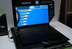 "GIGABYTE는 ""세계 최초의 AI 노트 PC""라고밝힌 AORUS 브랜드의 게이밍 노트 PC ""Aero 15"" 2019년 모델을 발표하고, CES 2019 회장 가까운 호텔에 전시했다.    최대 특징은 동작 상황에 따라 CPU나 GPU, 네트..."