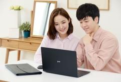 LG전자가 'LG 그램' 노트북 누적판매 100만대를 기념하는 한정판을 출시한다. 'LG 그램' 한정판은 베스트샵 주요 매장에 23일부터 전시할 예정이다.    LG전자는 2014년 첫 출시한 LG 그램'이 올해 초 누적판...