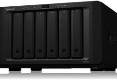 나스 전문업체 시놀로지(Synology)는 비지니스용 6베이 나스 DiskStation DS1618+를 발매했다.    신제품은디스크 드라이브를 6기 탑재 가능하며링크 어그리게이션을 활성화 한 구성에서 읽기 속도 1550MB/s 이...