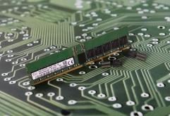 SK하이닉스가 세계 최초로 JEDEC(국제반도체표준협의기구) 규격을 적용한 DDR5 D램을 개발했다. DDR5는 DDR4를 잇는 차세대 D램 표준규격으로 빅데이터, 인공지능, 머신러닝 등 차세대 시스템에 최적화된 초고속...